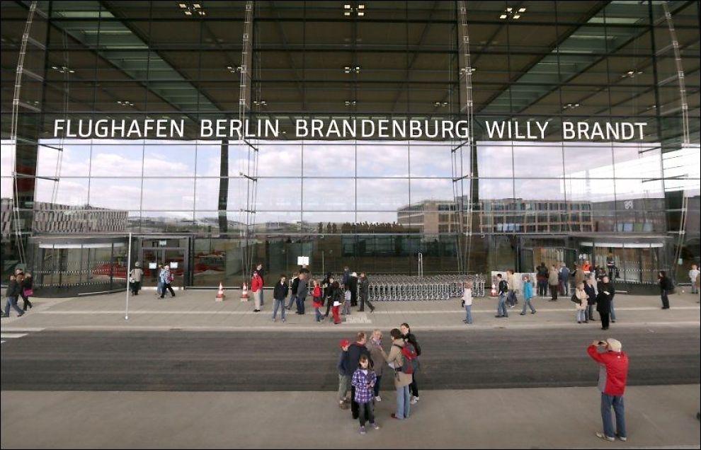 STORE FORVENTNINGER: Folk sto i kø foran terminalbygget til Berlin-Brandenburg Willy Brandt da flyplassen hadde åpent hus-presentation i mai i år. Foto: AFP