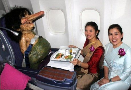 HERSKAPELIG OMSORG: Etter først å ha gjort store øyne, avfant kabinbetjeningen på Thai-flyet seg raskt med sin tilfredse, men måteholdne, passasjer i sete 11A. Foto: Privat
