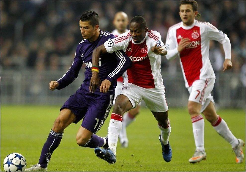 TIL NEWCASTLE: Vurnon Anita i duell med Cristiano Ronaldo i Champions League i 2010. Foto: Bas Czerwinksi, AP