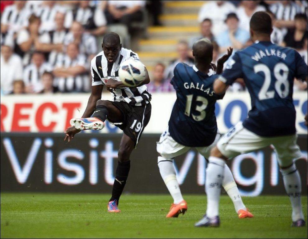 TILBAKE: Demba Ba skrur inn scoringen som endte hans måltørke og hjalp Newcastle til seier i ligaåpningen. Foto: PA Photos