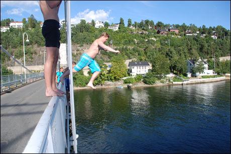 BROHOPPING: Ulvøyabrua er et yndet sted for fiskere og «hoppere». Her er det Martin Bergan som tar sikte mot sjøen som ligger 11 meter under ham. FOTO: Bjørn Skomakerstuen