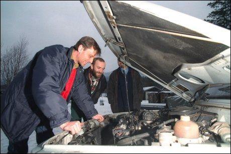 KRONERULLING: Lensmann Geir Vidme og verkstedsleder Per-Arne Martinsen med den ene polske gjestearbeideren, Michael Czerwinski, som han samlet inn bil-penger til i 1998. Foto: Tore Berntsen