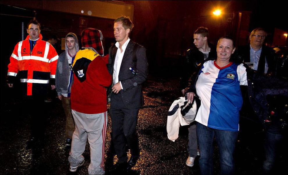 UTE I KULDA: Morten Gamst Pedersen, her utenfor Blackburns hjemmebane i mai, har en usikker fremtid i klubben. Foto: Fredrik Solstad