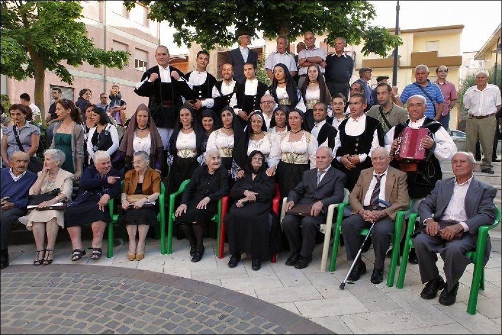 SPREKE: De ni søsknene (sittende) har bodd i samme landsby på Sardinia hele sitt liv. Fra venstre: Maria (97), Vitalia (80), Concetta (91), Mafalda (78), Claudina (99), Consolata (105), Adolfo (89), Antonino (93) og Vitalio (86). Foto: AFP