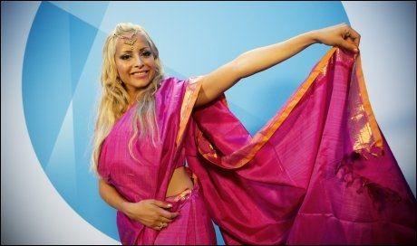 NASJONALDRAKT: Linni Meister hadde for anledningen tatt på seg en Sari, nasjonaldrakten til Sri Lanka, på NRKs høstlansering onsdag. Foto: Terje Bringedal.