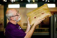 Kjell får åpne den 100 år gamle mysteriepakken