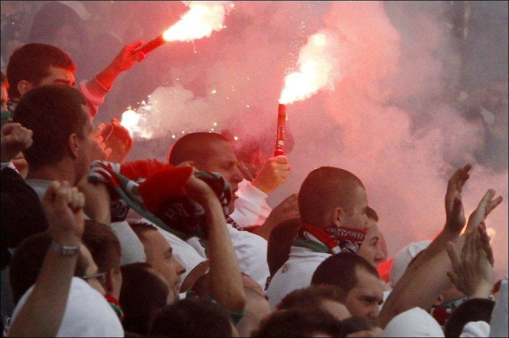 FRYKTEDE SUPPORTERE: Legia Warszawa-fansen er kjent for å skape liv og røre - på godt og vondt. Foto: AP