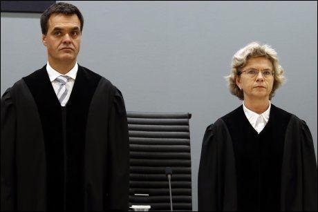 LESER: Det er dommerne Wenche Elizabeth Arntzen og Arne Lyng som leser opp dommen. Foto: HEIKO JUNGE, NTB SCANPIX