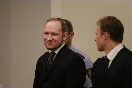 FORNØYD: Anders Behring Breivik gjentok den høyreekstreme hilsenen da han ankom retten. Han smilte og så tilfreds ut med tilregnelig-dommen. Foto: Frode Hansen