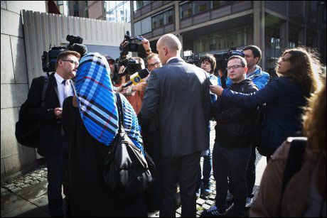 STORT PRESSEOPPBUD: Det var hundrevis av norske og utenlandske journalister på plass utenfor Oslo tingrett i dag. Her intervjues aktor Svein Holden før domsavsigelsen. Foto: Terje Bringedal