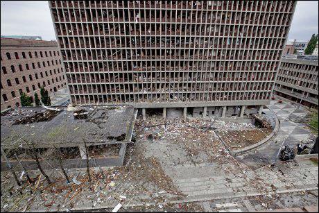 UTBOMBET: Slik så regjeringskvartalet ut etter at Breiviks 950 kilos gjødselbombe hadde gått av. Nå er han dømt til 21 års forvaring med ti års minstetid. Foto: Kripos