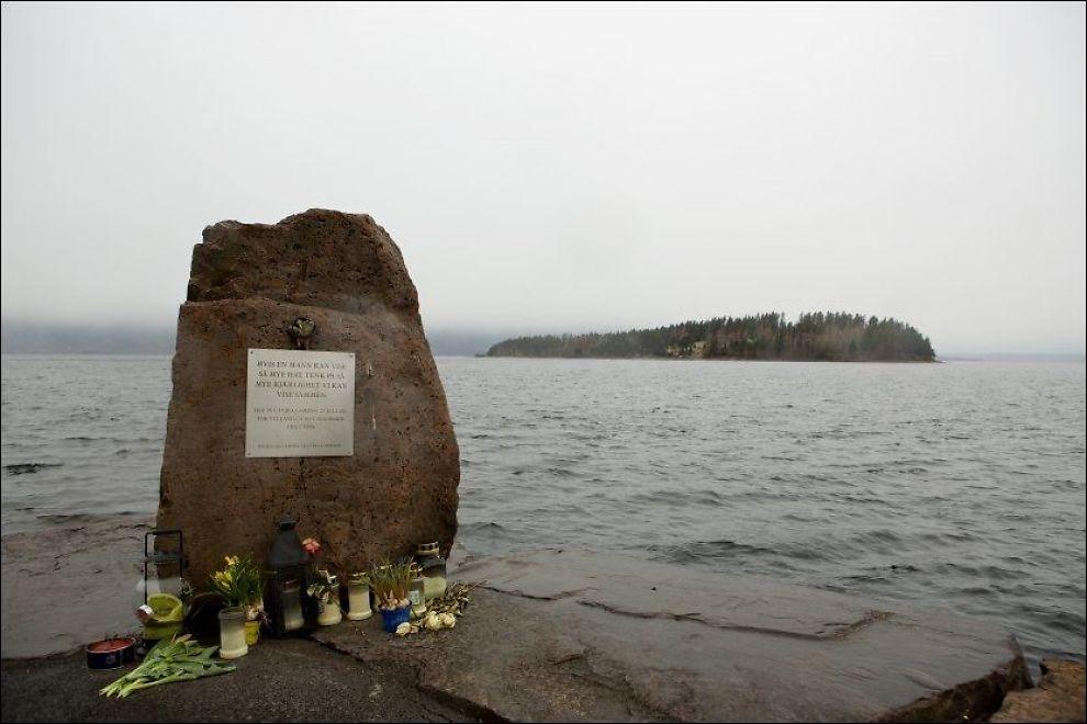 MINNES: Utøya sett fra Utvika camping hvor et stort antall AUF-ere svømte i land 22. juli i fjor. Et minnesmerke er satt opp på kaia. Foto: Tore Meek, Scanpix