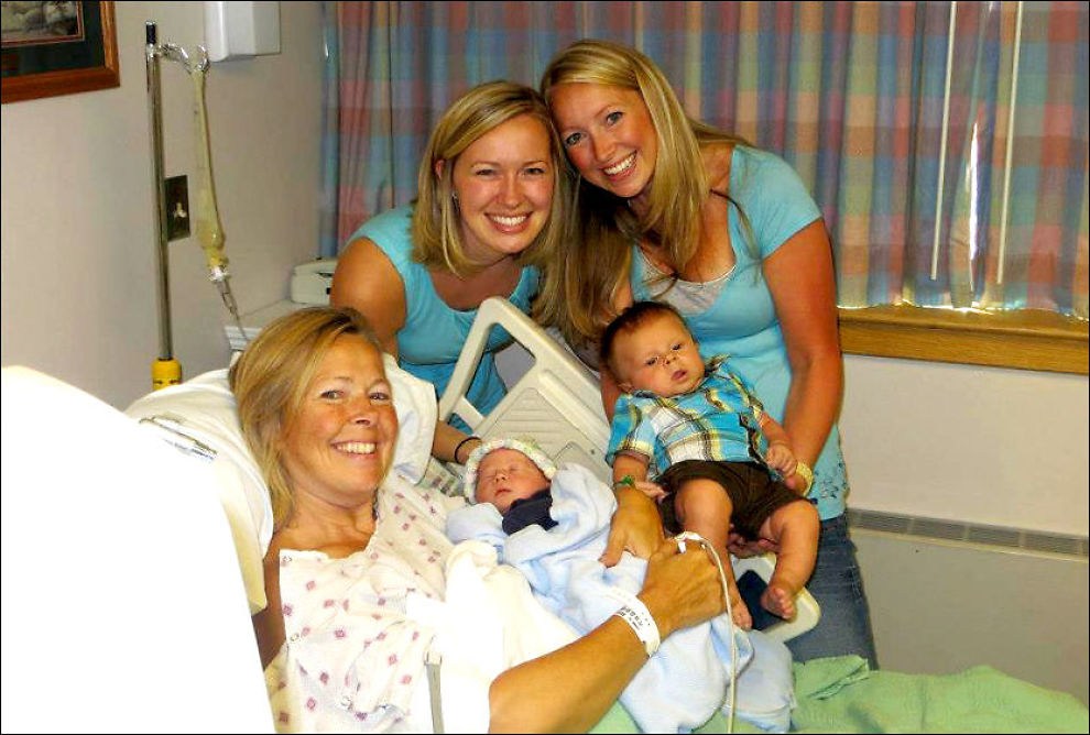 FØDTE DATTERENS SØNN: Linda Sirois (49) ønsket å hjelpe datteren og mannen hennes med å få barn. 17. august i år fødte hun en sønn, sitt eget barnebarn. Foto: PRIVAT