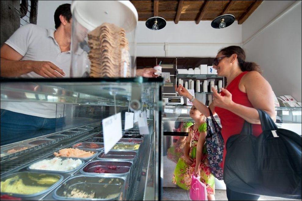 VÆR SÅ GOD: Alessandro Maggio i Fatamorgana har issmaker for de fleste, også mojito eller rosmarin-sjokolade. Carmelita Ribba og datteren Giorgia (7 ½) velger noe litt tryggere. Foto: GJERMUND GLESNES
