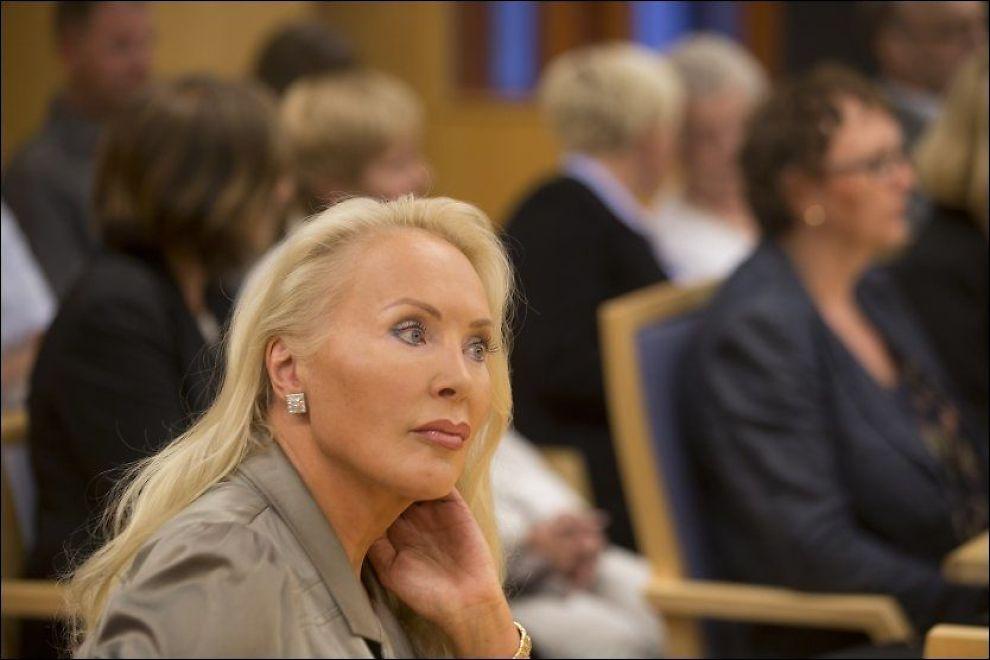 ARVESTRID: Mandag møtte Mona Høiness familien til Synnøve Alver Urdahl (i bakgrunnen) i retten i striden om arven på cirka 100 millioner. Foto: Terje Bendiksby / NTB scanpix