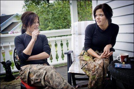 DRO: Tvillingene Kristine og Johanne Thybo Hansen rømte fra ungdomsskolen til naturen. Og ble der. Foto: Kyrre Lien /VG