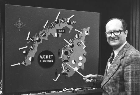 KULTFIGUR: Statsmetreolog Vidar Theisen foran værkartet i NRK i 1980. Foto: SCANPIX
