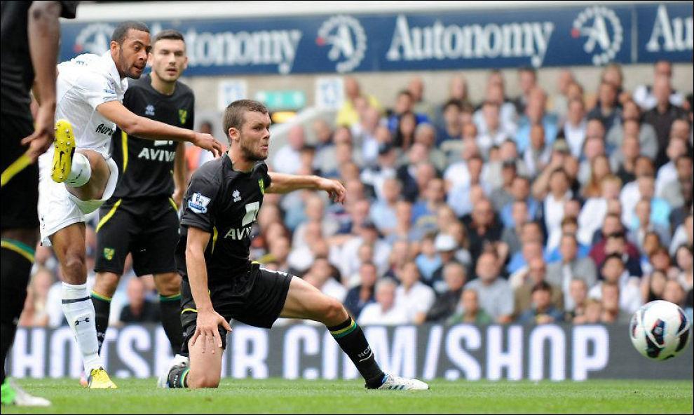 1-0: Mousa Dembele (t.v.) fikk akkurat den debuten han kunne drømme om for Tottenham lørdag. Her skyter han, og ordner 1-0, mot Norwich. Foto: AFP