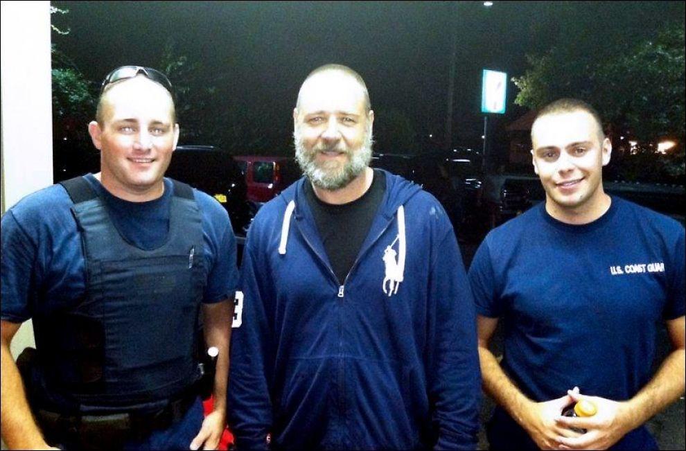 PADLET SEG VILL: Russel Crowe (i midten), sammen med Robert Swieciki (t.v.) og Thomas Watson fra den amerikanske kystvakten, etter å ha bli plukket opp lørdag kveld. Foto: Kystvakten / AP.