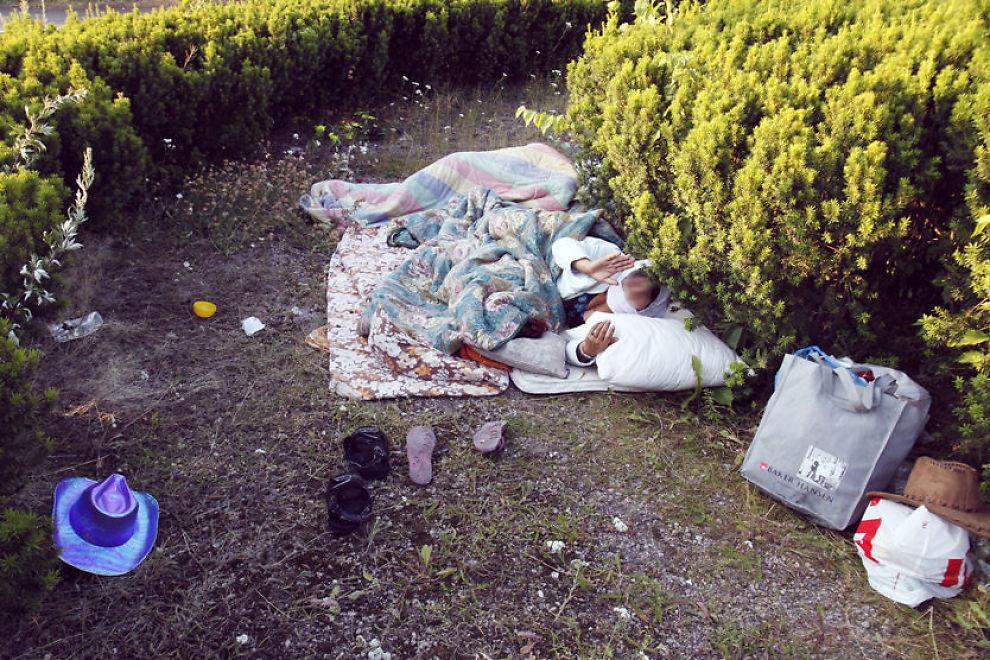 SOVER I PARKER: Rumensk sigøyner ved Akerselva og Vaterlandsparken. Her sover de i rundkjøringen. Mandag vil politiet på nytt aksjonere mot romfolket. Foto: KNUT ERIK KNUDSEN