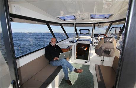 GOD PLASS: Innvendig har Delphia 1350 Escape plass som en seilbåt. Kanskje ikke så rart, siden Delphia er mest kjent for seilbåter. Foto: Frode Pedersen (Båtliv)