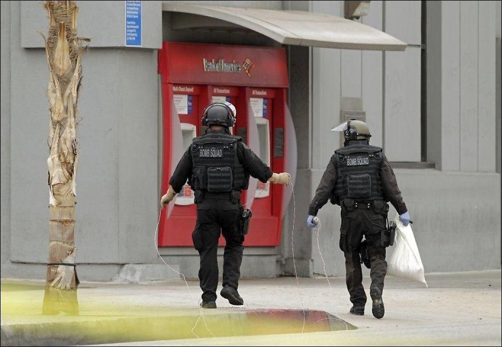 SJEKKET BOMBEBELTE: Los Angeles-politiets bombepatrulje rykket ut til bankdirektøren som ble påført et øyensynlig bombebelte og tvunget til å rane banken hun leder. Foto: DAMIAN DOVARGANES/AP