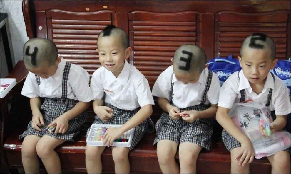 NYFRISERT: Her er de prikk like Jiang-brødrene fotografert på sin første skoledag mandag denne uken. Foreldrene barberte simpelthen inn tallene fra 1 til 4 for at ingen skulle ta feil. Foto: AFP/NTB Scanpix