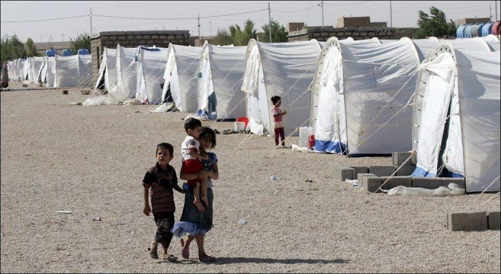 DREPT I LUFTANGREP: Den irakiske grensebyen Al-Qaim huser en rekke syrere i en flyktningleir, som her er fotografert i august. Et syrisk luftangrep som rammet byen natt til fredag tok livet av en fire år gammel jente. Foto: Stringer / Reuters / NTB Scanpix