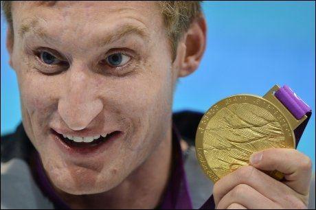 GULL-SMIL: Bradley Snyder poserer med gullmedaljen etter seieren på 100 meter fri. Foto: Ben Stansall, AFP