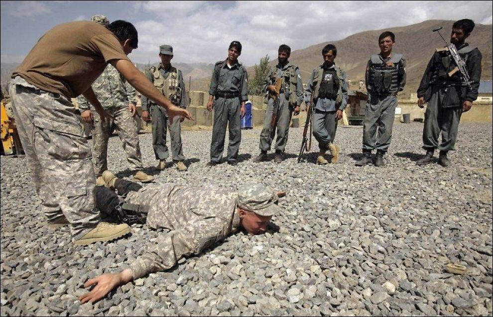 OPPLÆRING: USA satser i større grad på å trene opp de afghanske styrkene, samtidig som de trekker sine egne soldater ut av landet. FOTO: AP