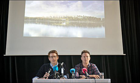 PRESENTERTE PLANER: AUF-leder Eskil Pedersen (t.h) og styreleder i Utøya AS Martin Henriksen presenterte det nye konseptet for Utøya, på Youngstorget fredag formiddag. Foto: SCANPIX