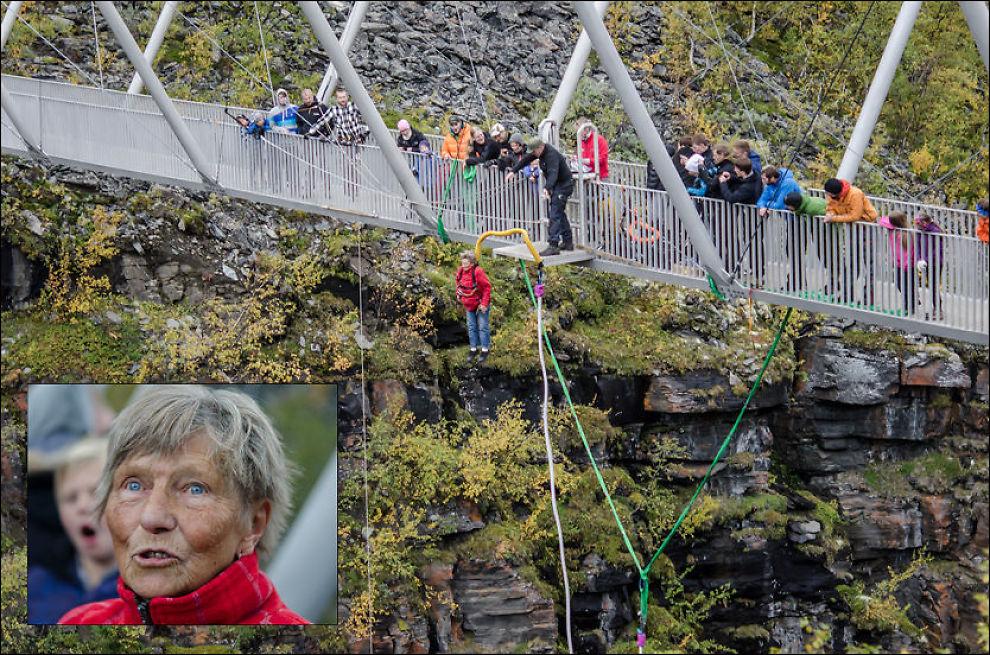 RÅ PÅ STRIKK: - Da han sa hopp, så hoppet jeg bare, forteller Bjørg Fossli, den eldste deltageren under helgens strikkhopping fra Gorstabrua. Foto: TROND ARE PEDERSEN