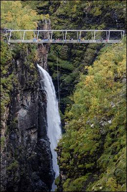 SPEKTAKULÆRT: Juvet under Gorstabrua er 153 meter dypt og et av Norges trangeste. Foto: TROND ARE PEDERSEN