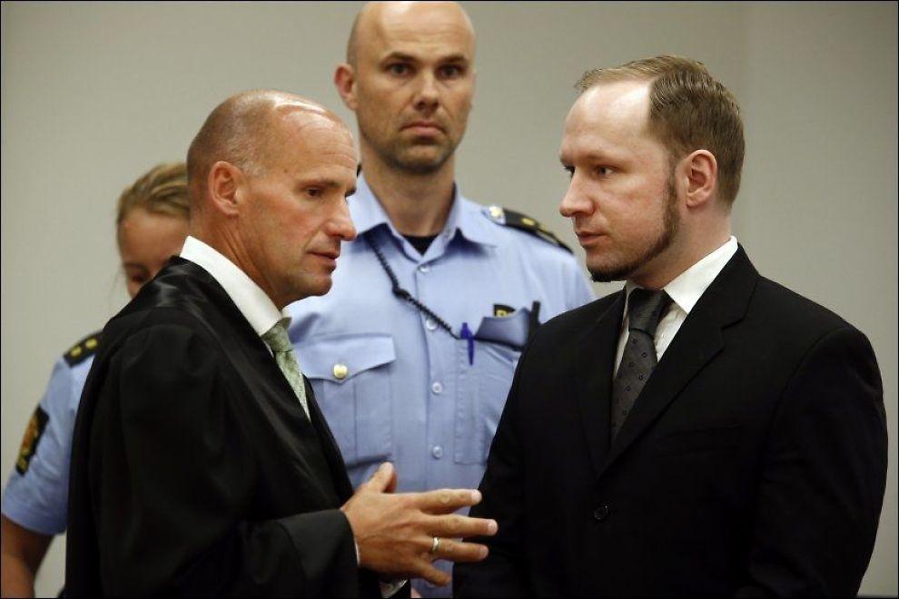 Anders Behring Breivik i samtale med forsvarsadvokat Geir Lippestad under domsavsigelsen i terrorrettssaken mot Breivik i rettssal 250 i Oslo tingrett 2012. Foto: Heiko Junge / NTB scanpix