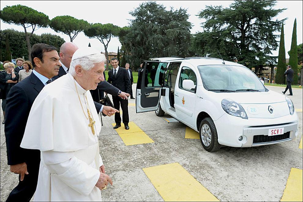 -HER PAVE! Akkurat hva den stadig mer miljøbeviste, 85-årige pave Benedict XVI har fått ferten av her, mens Renault Nissan-toppsjef Carlos Ghosn og en annen tilstedeværende peker mot det som er pavens nye elmobil, er usikkert. Men det kan være den andre av de to elektriske Renault Kangoo-ene Vatikanet har fått dointert av Renault. Den andre, en blå utgave, skal benyttes av Vatikanets sikkerhetstjeneste.