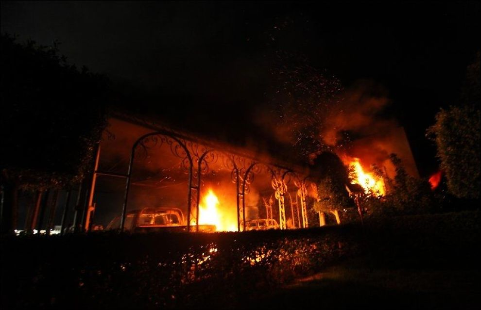 I BRANN: Den amerikanske ambassaden i brann under demonstrasjon. Foto: REUTERS