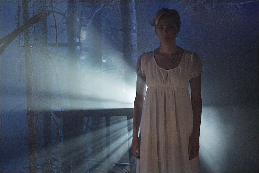 DRAGNING: Liljan (Ester Marie Gundersen) føler livsfarlig dragning mot det mystiske tjernet på Centralteateret. Foto: L-P Lorentz