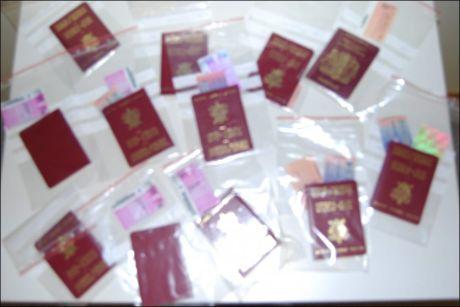 ID-JUKS: Bildet viser falske pass konfiskert av politiet på Rygge lufthavn i 2008. Utlendinger som ikke selv bidrar til å oppklare hvem de er, eller legger frem falske papirer, er en av de vanligste årsakene til utvisning. Foto: Politiet