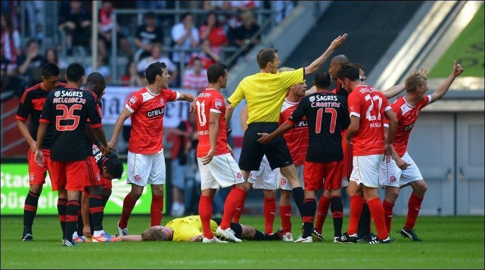 UTSLÅTT: Christian Fischer ligger slått ut på gressmatta etter angrepet fra Luisao. Foto: Ap