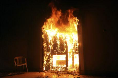 FULL BRANN: Chris Stevens og tre andre ble drept i brannen under blodbadet i Benghazi i Libya tirsdag. Foto: REUTERS