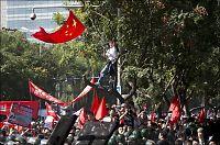 Kinesere demonstrerer med egg, steiner og flasker