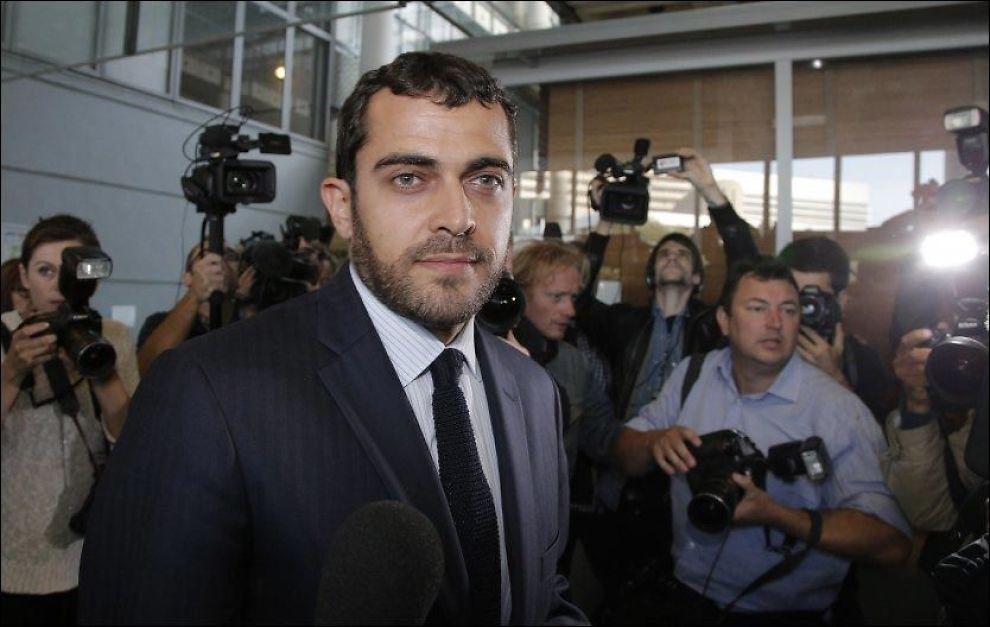 RETTSMØTE: Den franske advokaten til det britiske kongeparet Aurelien Hamelle, møtte pressen like før rettsmøtet startet i Nanterre, i utkanten av Paris mandag ettermiddag. Foto: AP Photo/ NTB SCANPIX