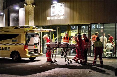 DELTAGER FRAKTET BORT: En av de 8000 deltagerne under arrangementet blir fraktet bort i ambulanse på grunn av rus. Foto: DANIEL DALE LAABAK