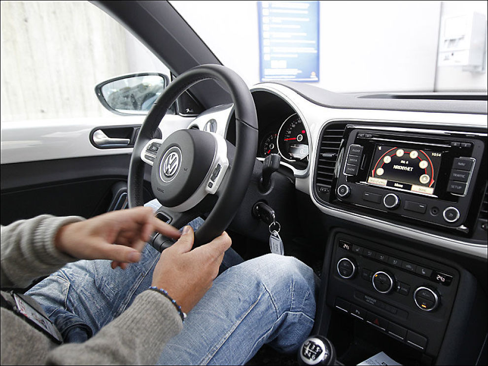 ENKLERE SØK: Digitale radioer opererer ikke med frekvenser, kun navn på stasjoner/kanaler. På DAB sendes også flere kanaler over samme sender. Vanlige DAB-radioer kan ikke ta inn DAB+-sendinger. Her er radioen i VW Beetle. Foto: Jan Petter Lynau
