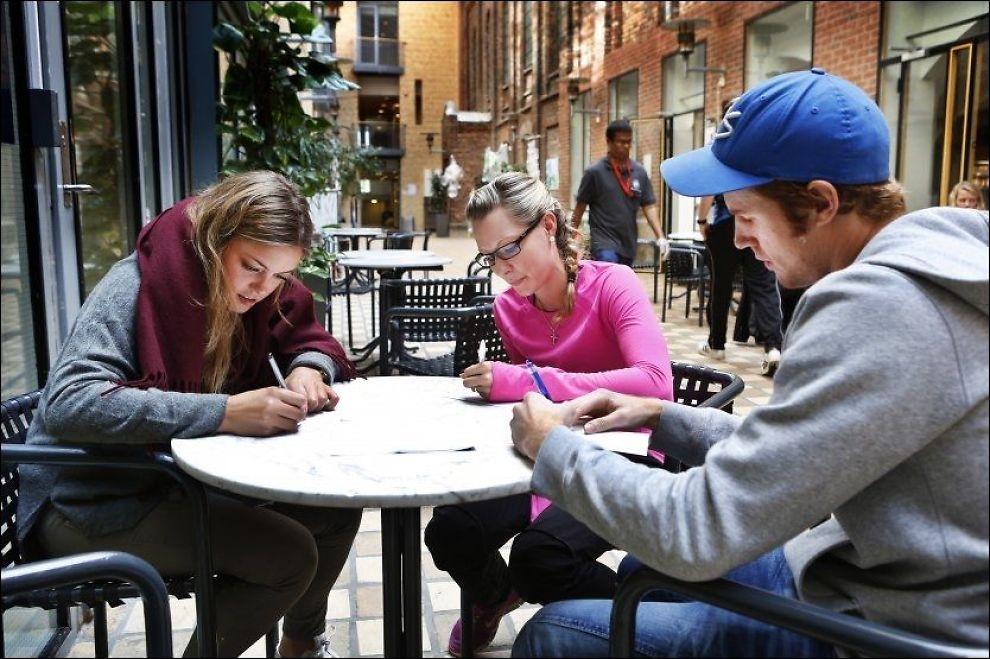 STREVER: Lærerstudentene Solveig Karlsen (25), Ingrid Aksnes Martinsen (22) og Lars Krogstad (24) tror kalkulatorbruk er en av hovedgrunnene til ar de grunnleggende mattekunnskapene blant studenter er for dårlige. Foto: Nils Bjåland, VG