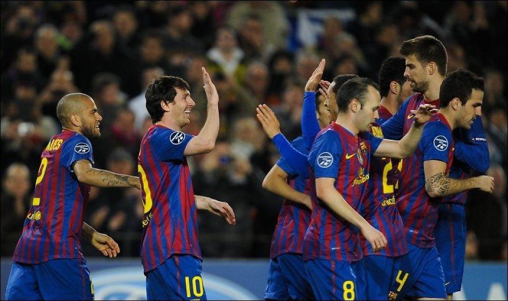 HIGH-FIVE: Her jubler Barcelona-spillerne for scoring i en Champions League-kamp. Nå kan de også juble for at de har fått innfridd ønsket om hvem som skal være kabinpersonale når de flyr til kampene. Foto: Getty Images