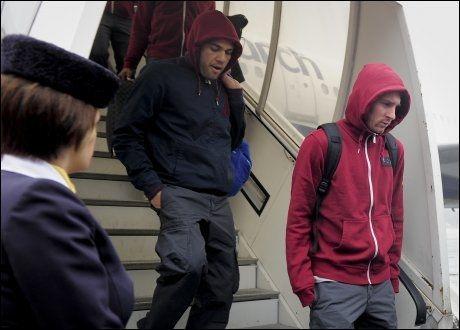 PÅ REISEFOT: Dani Alves og Lionel Messi kommer ut av et fly i den tyske byen Köln tidligere i år. Foto: AFP