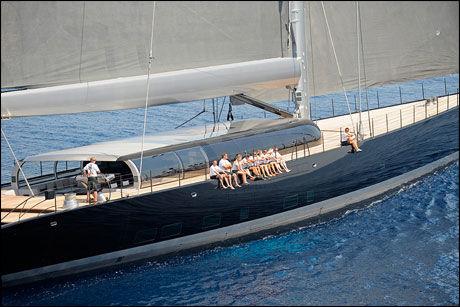 STOR SEILYACHT: Røkkes seilyacht seiler som en regattabåt. Foto: Christopher Scholey og Rick Tomlinson