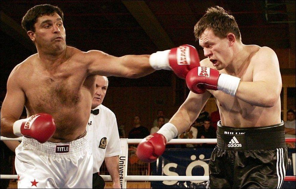 KNOCKOUT: Corrie Sanders (t.v.) vant 31 kamper på knockout. Her er han avbildet 14. desember 2004, da han bokset mot russiske Aleksej Varakin i Østerrike. Foto: Dominic Ebenbichler, AFP