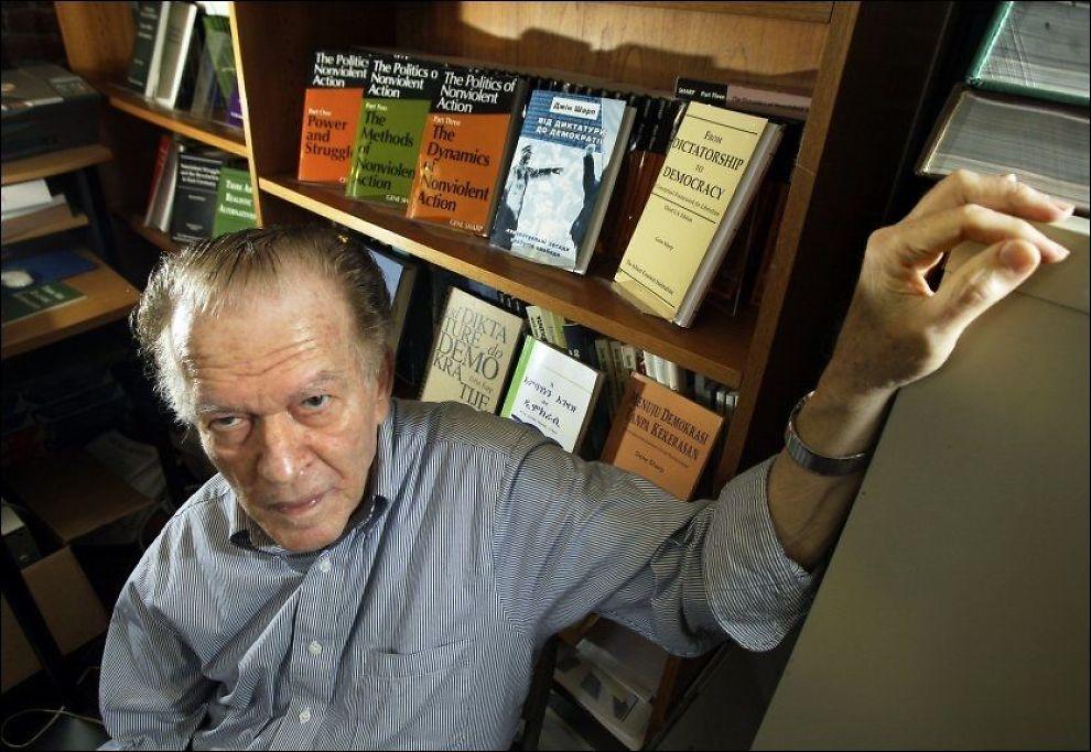 NEVNES BLANT FAVORITTENE: Den amerikanske akademikeren Gene Sharp, her avbildet på kontoret sitt i 2009, nevnes som en av favorittene til å motta årets fredspris fra Nobelkomiteen. Sharp har inspirert til ikke-voldelige opprør mot autoritære regimer. FOTO: AP